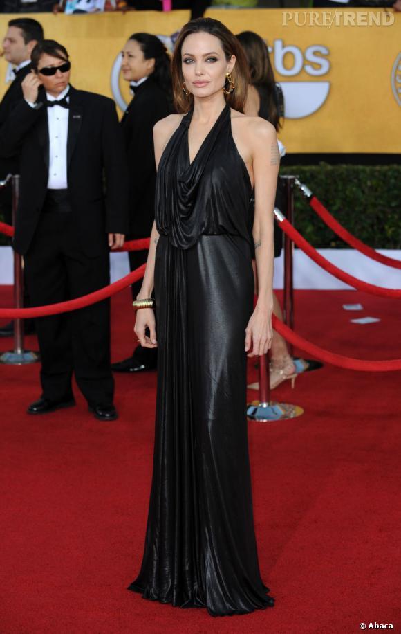 Angelina Jolie vise toujours juste sur le red carpet, ici encore avec une robe de vestale en lamé noir, signée Jenny Packham.