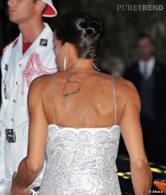 Dans le dos de Stephanie de Monaco descend un serpent. En 2012, ce tatouage ne fait pas très chic.
