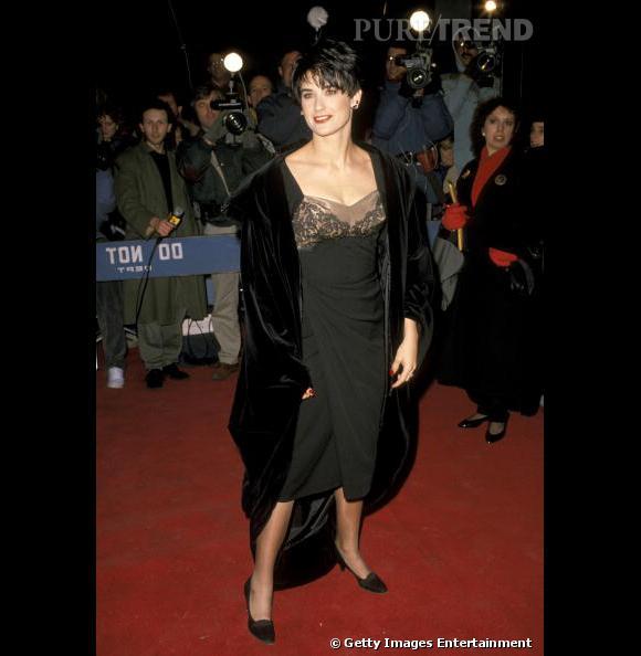 """Le flop red carpet :  Demi Moore a tout faux. De la robe trop longue avec de la dentelle sur le haut, en passant par la """"veste"""" tout comme ses chaussures."""