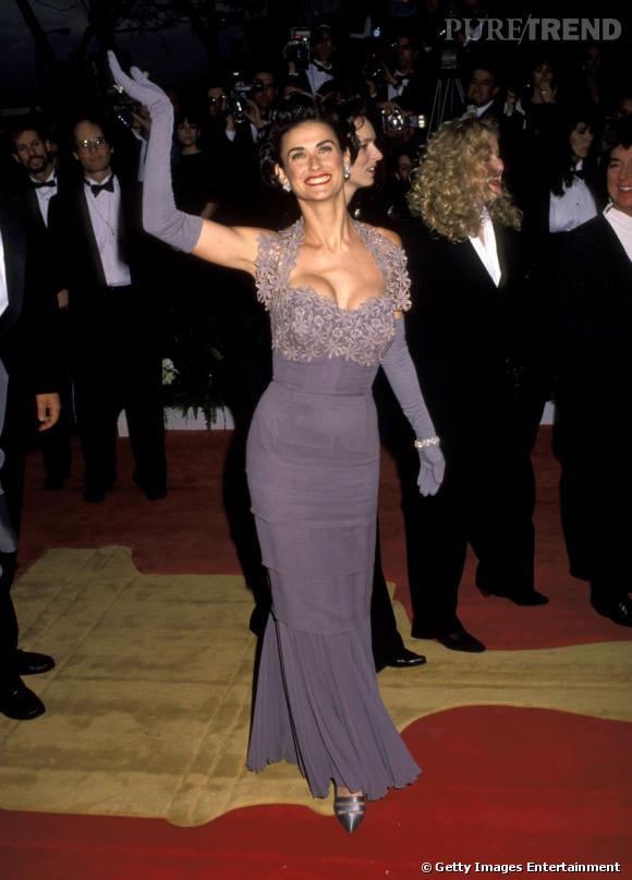 Le flop robe longue :  l'actrice joue les divas dans une robe longue avec des gants assortis. Une horreur.