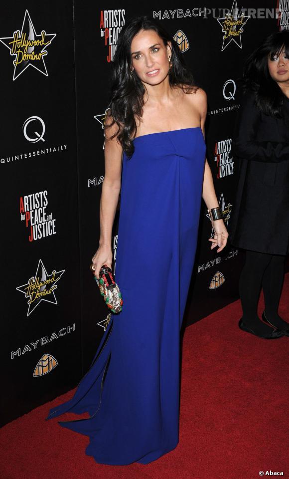 Le top robe longue :  Demi Moore mise cette fois-ci sur la simplicité dans une robe électrique bustier. Le tout associé à une minaudière colorée pour plus d'audace.
