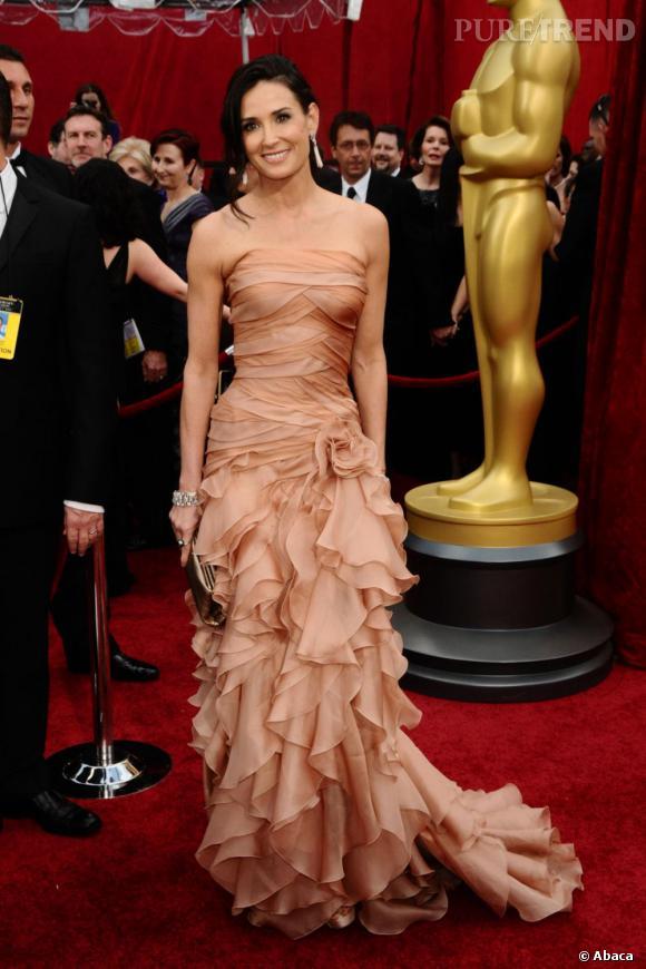 Le top red carpet :  Demi Moore dans une longue robe Atelier Versace joue les princesses.
