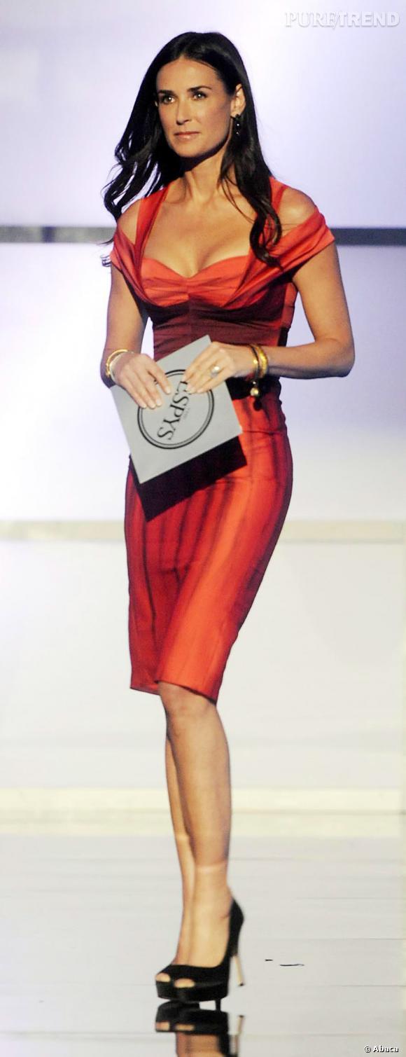 Le top sexy :  Demi Moore, en toute subtilité dans une robe rouge décolletée, aux épaules dénudées.