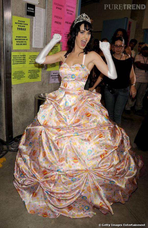 Katy Perry, la princesse version 2nd degré. La robe meringue ? Ok, mais avec une tiare version reine de promo s'il vous plait.