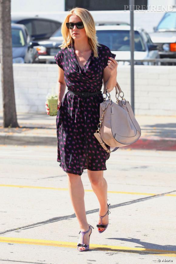Amber Heard est toujours très pointue en ce qui concerne son style. Elle accorde sa robe à imprimés avec ses sandales mauves. Très chic.