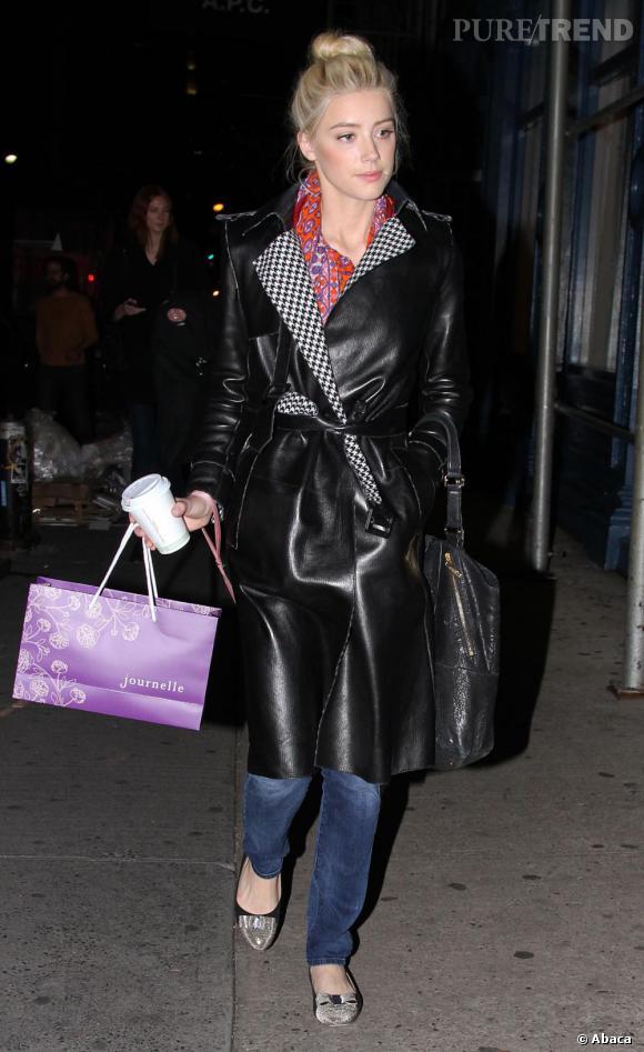 Toujours très tendance, Amber Heard casse le côté casual du jean avec un manteau long en cuir noir. L'ensemble devient alors très rock.
