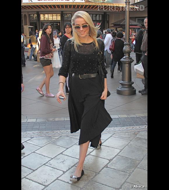 Jupe midi plissée et pull à pois, Amber Heard se plaît dans le look rétro.