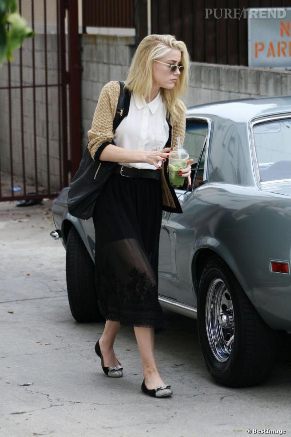 Amber Heard choisit une fois encore le look rétro qui lui va si bien. Jupe longue mais transparente, cardigan en laine, l'actrice à tout bon.