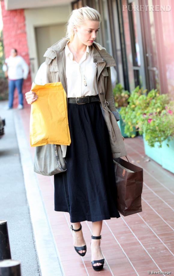 Pour faire son shopping dans les rues de Los Angeles, Amber Heard mise sur un look bohème chic. Elle relègue même ses ballerines préférées au placard pour chausser des sandales à plateformes très femme.