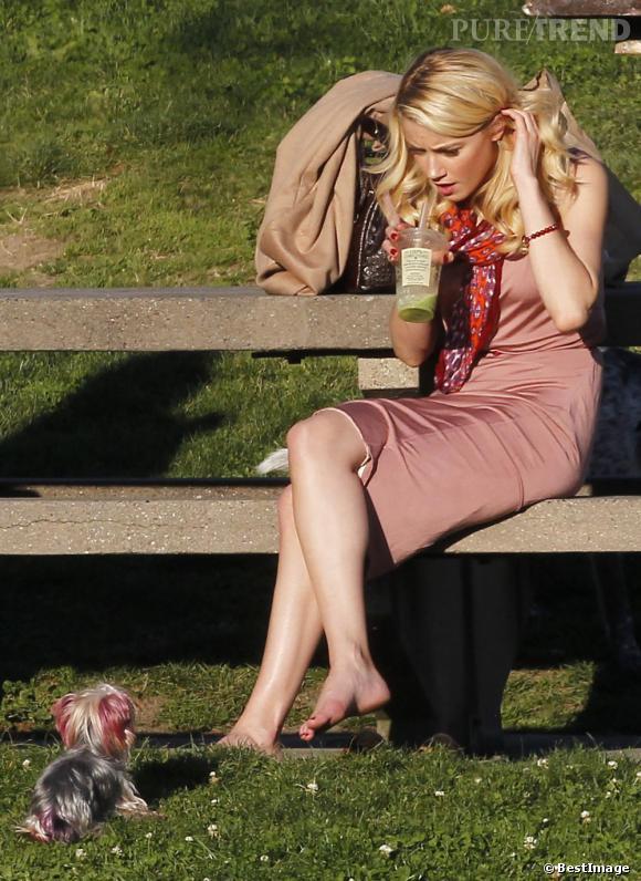 Amber Heard surveille son chien dans une tenue printanière très chic dans les tons de rose. Son compagnon à 4 pattes semble lui aussi voir la vie en rose.