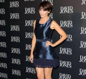 Elle allonge un peu plus sa silhouette avec une paire de peep-toe à sequins. Cohérent avec le côté show-off de sa tenue.