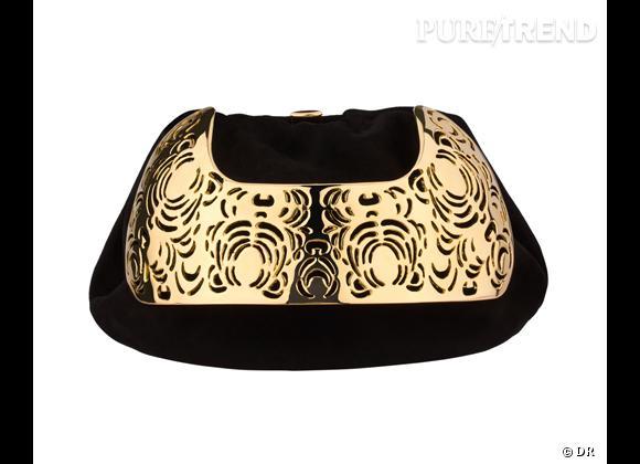 Les it-bags de cet été 2012 : Yves Saint Laurent     Pochette suède noir et métal ajouré doré, 1695 €.