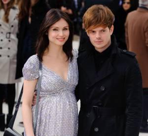 Sophie Ellis Bextor et son mari Richard Jones forment un couple très stylé pour le défilé Burberry.