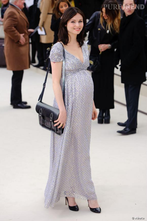Sophie Ellis Bextor opte pour une robe longue aux imprimés délicats et féminins.