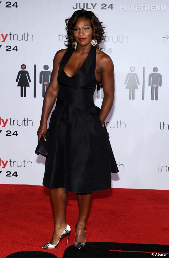 """Le top """"petite robe noire"""" :  jolies proportions et bonne accessoirisation, Serena Williams se fait là un joli look de soirée."""