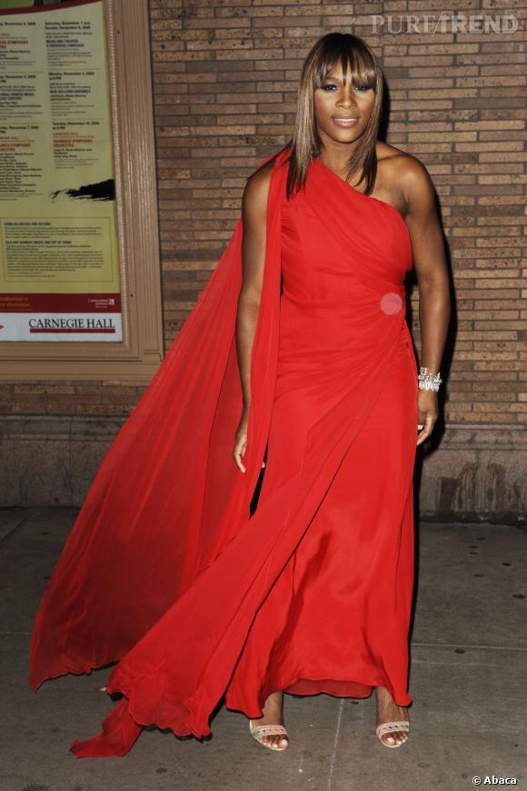 """Le top """"robe rouge"""" :  du drapé et des lignes loose, la tenniswoman porte joliment le style antique."""