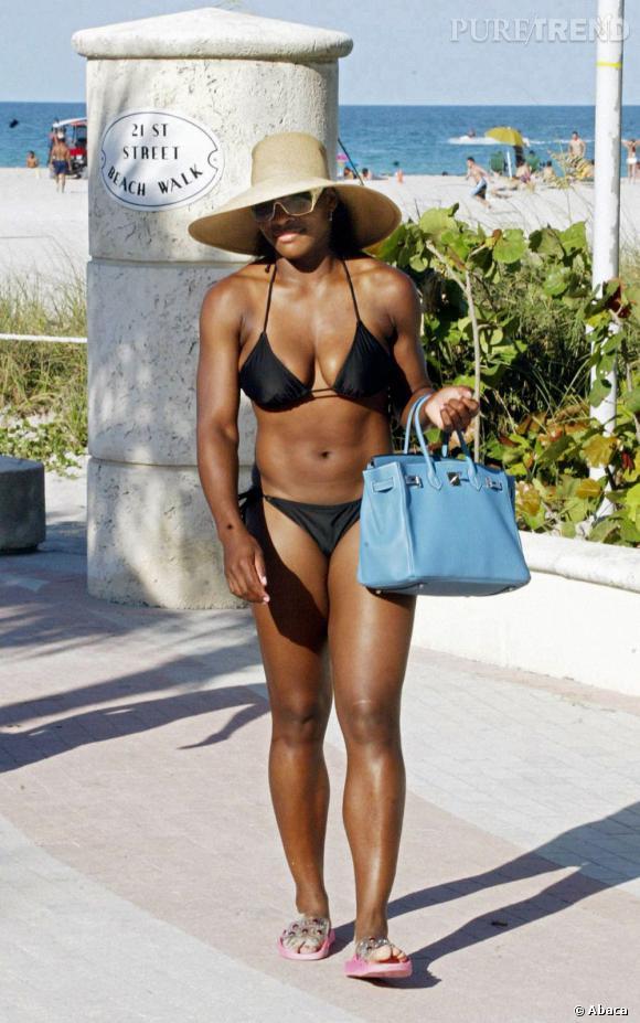 """Le flop """"look de plage"""" :  qui a dit que maillot de bain et Birkin Hermes faisaient bon ménage ?"""