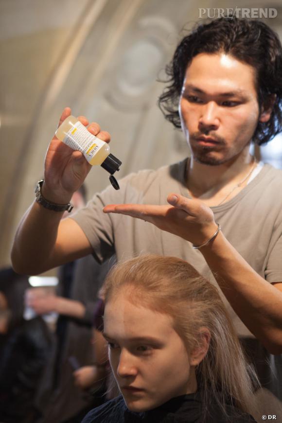 C'est le coiffeur Yusuke Taniguchi qui s'est occupé des cheveux avec des produits Kiehl's.
