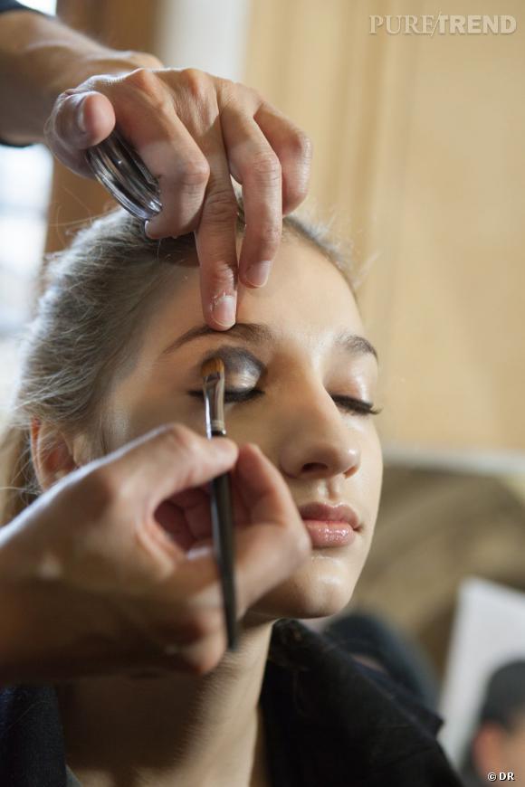 La base du maquillage des yeux : un smoky.