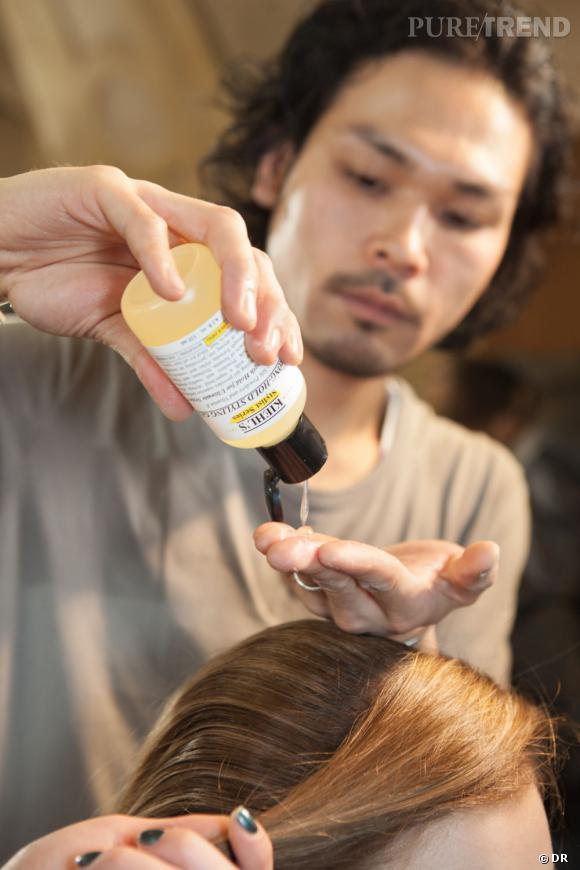 Les cheveux sont lissés vers l'arrière afin de mettre en valeur la couronne de plume.
