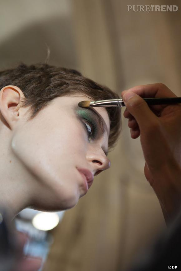 """Le travail de """"tampon"""" sur le coin des yeux a été effectué au pinceau."""