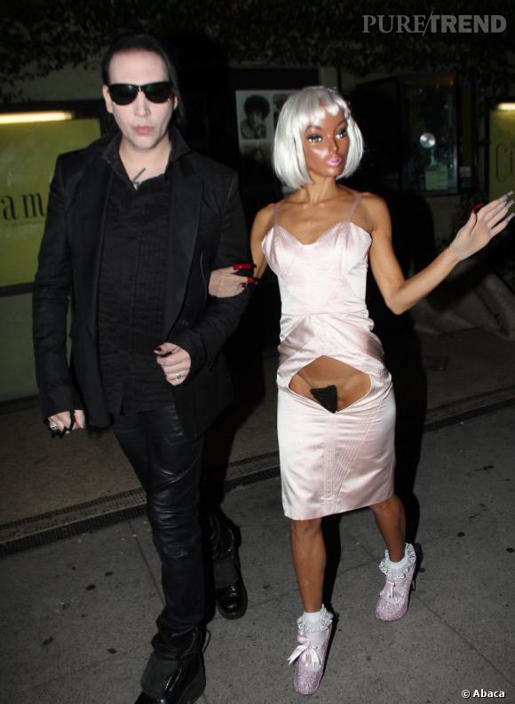 La dernière copine en date de Marilyn Manson serait China Chow ... ici masquée au Chateau Marmont.