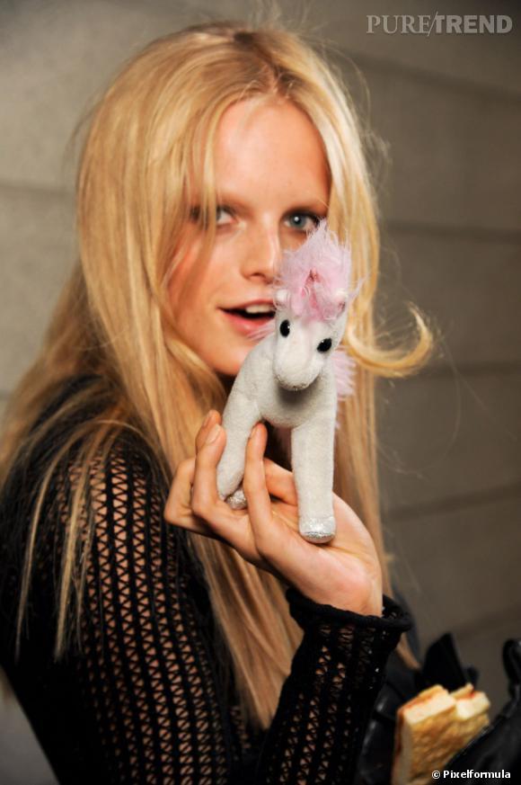 Depuis 2008, Hanne Gaby Odiele secoue le monde de la mode à grand coup de fou rire dans les backstage. Spontanée, celle jolie poupée au look parfaitement funky (et son poney) suffit à faire oublier l'image terne des tops.
