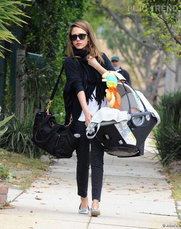 Son bébé dans les bras, Jessica Alba ne perd pas son furieux sens du style pour autant.