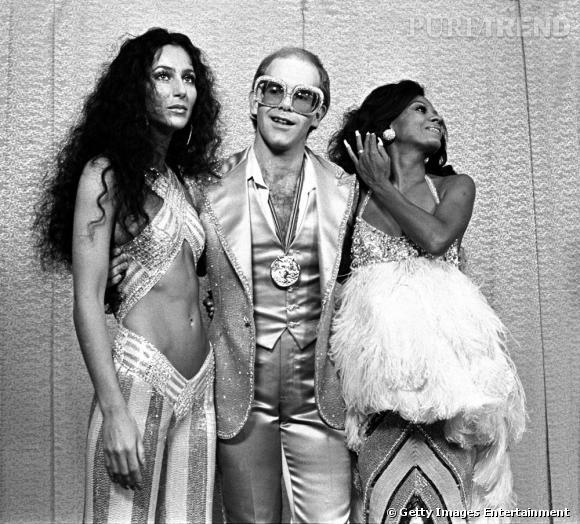 Cher, la créature de plumes et de strass abonnée aux looks glitter de Bob Mackie, ici avec une autre icône gay : Elton John.