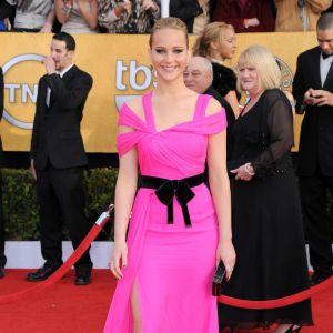 Don't : les bretelles bandage de Jennifer Lawrence qui épaississent le haut de sa silhouette.