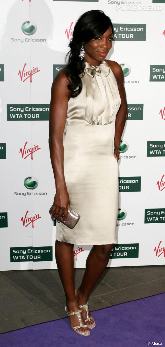 Venus Williams ose la robe satinée crème et n'épaissit pas pour autant sa ligne.