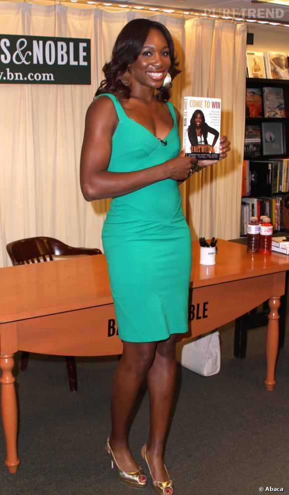 Venus Williams moule ses courbes dans une robe verte qui flatte sa carnation.