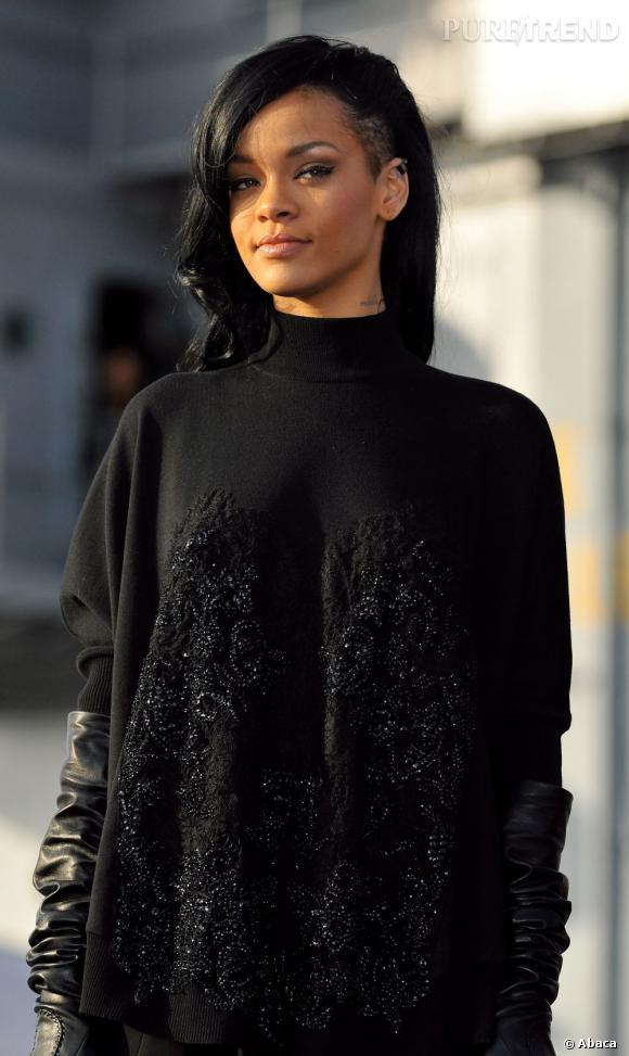 Rihanna retourne à l'une de ses coiffures cultes mais légèrement déclinée : le crâne à moitié rasé.