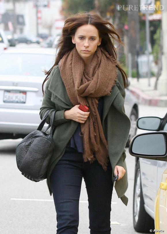 Jennifer Love Hewitt ne sourit pas mais son sac la rattrape.