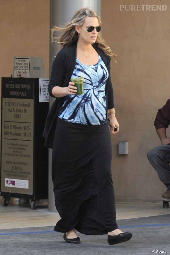 Si son top attire le regard sur son ventre, le reste de sa tenue est noir pour un effet  amincissant   à la clé.