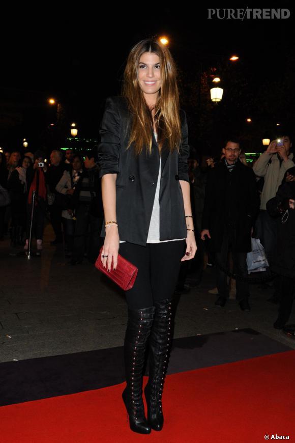 Bianca Brandolini d'Adda lace ses cuissardes à la perfection.