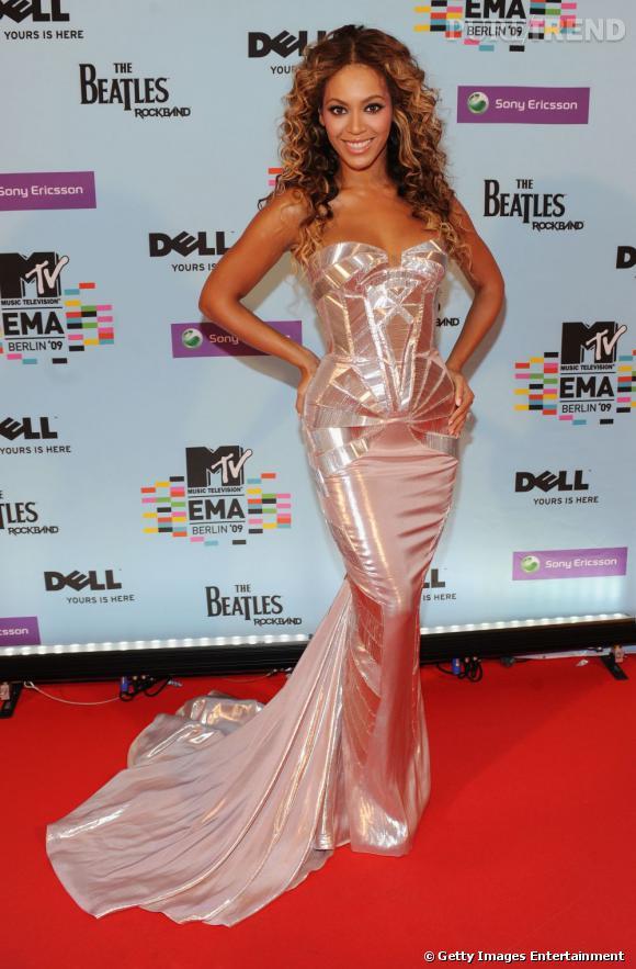 Beyoncé, une sirène irisée en Versace.