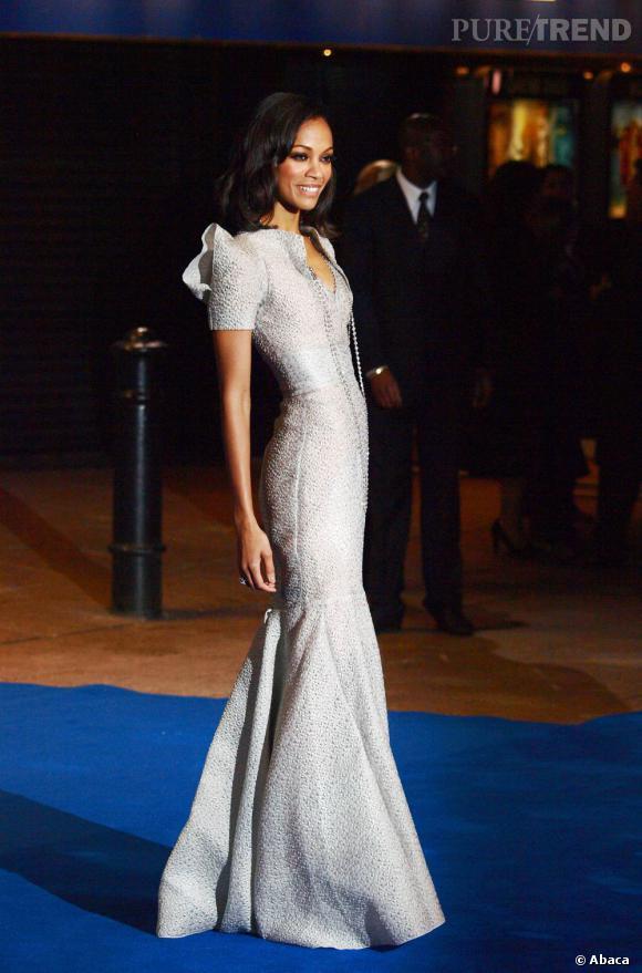 Zoe Saldana arbore la tendance à la perfection dans cette robe RM by Roland Mouret.