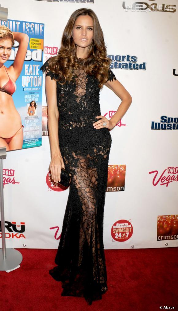 Décidemment, les Brésiliennes sont les reines des Anges Victoria's Secret. Les courbes impeccable d'Izabel Goulart lui permettent de prendre la pose dans une robe laissant très peu de place à l'imagination.