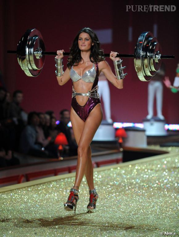 En apparaissant à 16 ans dans le catalogue Victoria's Secret, la brésilienne Isabeli Fontana crée le scandale mais s'ouvre les portes des défilés  Versace, Ralph Lauren ou encore Valentino.