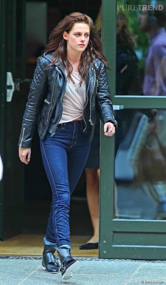 nouveau style 0268c ac116 Kristen Stewart mise sur une veste Balenciaga en cuir ...