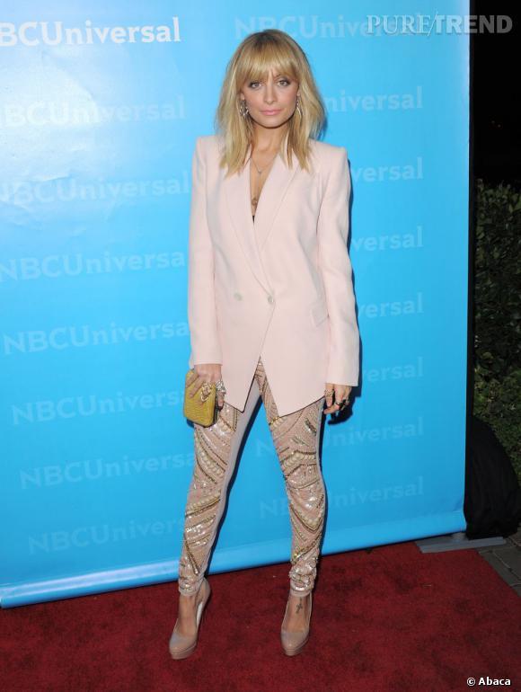 Nicole Richie complète son pantalon à sequins par une veste rose pastel très élégante.