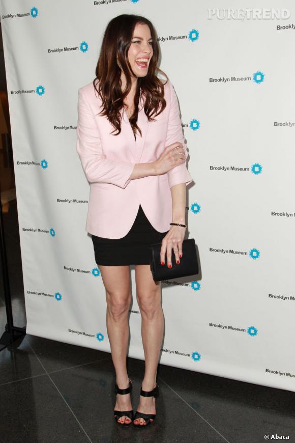 Liv Tyler suit la tendance mais ne joue pas le total-look. Elle préfére miser sur une simple veste rose pâle. Très chic.