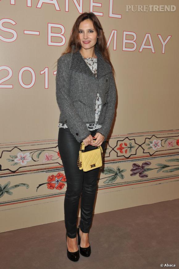 Pour participer au défilé Chanel, Virginie Ledoyen adopte l'accessoire pastel parfait : la pochette matelassée.