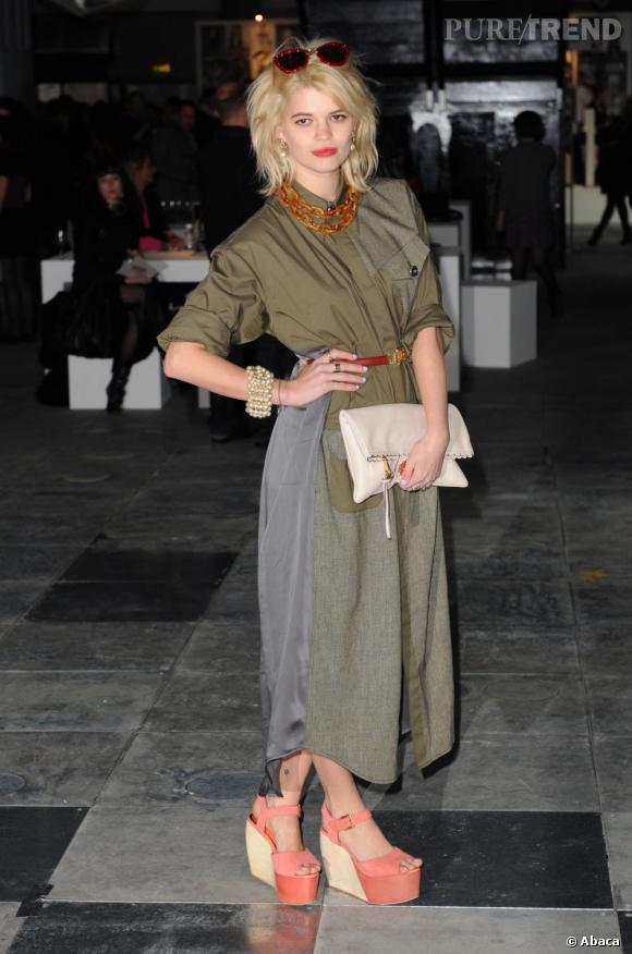 Pixie Geldof choisit d'adopter la tendance pastel seulement sur les chaussures.