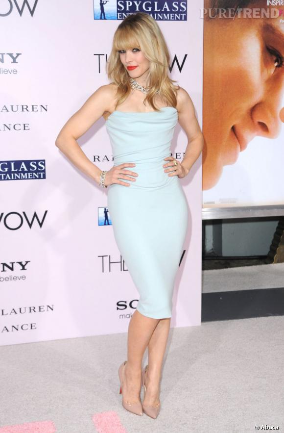 Rachel McAdams moule sa silhouette dans une robe bleu pastel Vivienne Westwood.