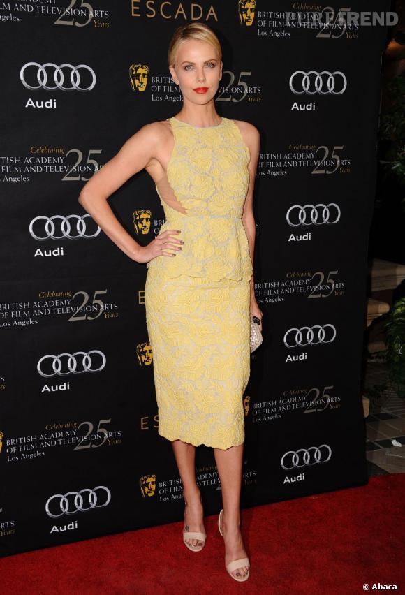 Dans cette robe pastel Stella McCartney, Charlize Theron est divine.