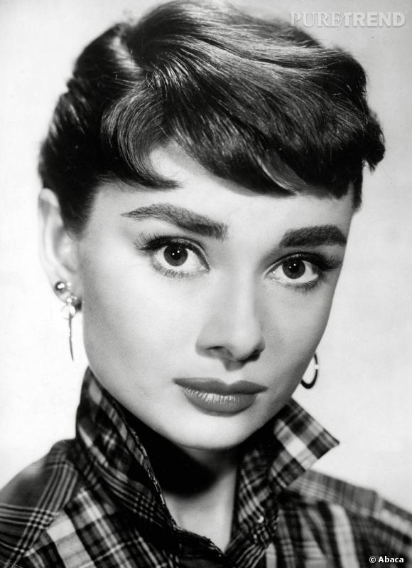 Audrey Hepburn a été la première à essayer la mini-frange. Une reussite qui mettait en valeur son visage mutin.