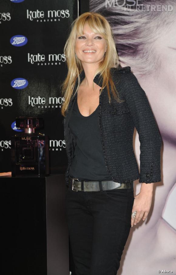 Kate Moss arbore une frange effilée qu'elle divise en deux pour donner un côté spectaculaire à son regard. C'est d'ailleurs elle qui a relancé la tendance en 2009.