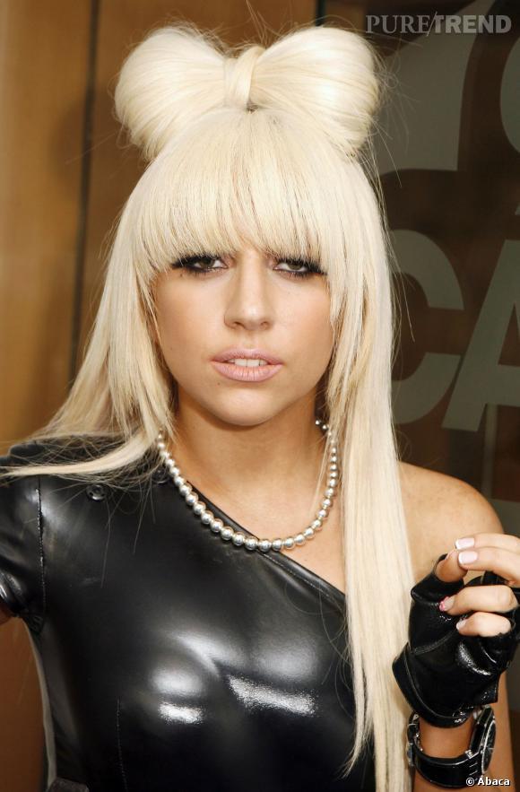 Lady Gaga a choisi l'option casque avec sa maxi-frange très couvrante et taillée en arc de cercle.